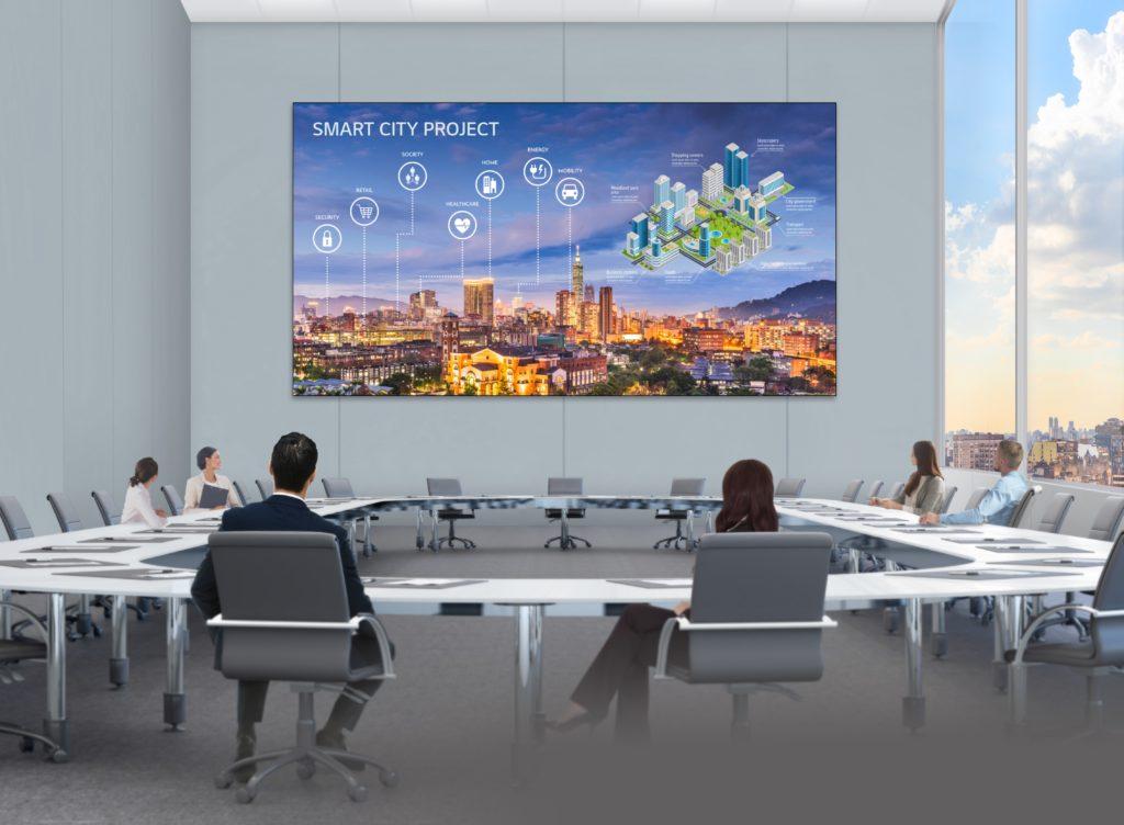 monitor LG serii LSAA LED Signage z bezstykowymi łączami w pomieszczeniu konferencyjnym