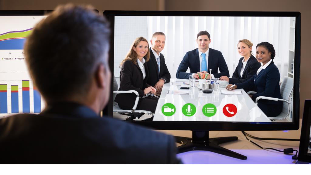 biznesmen biorący udział w wideokonferencji