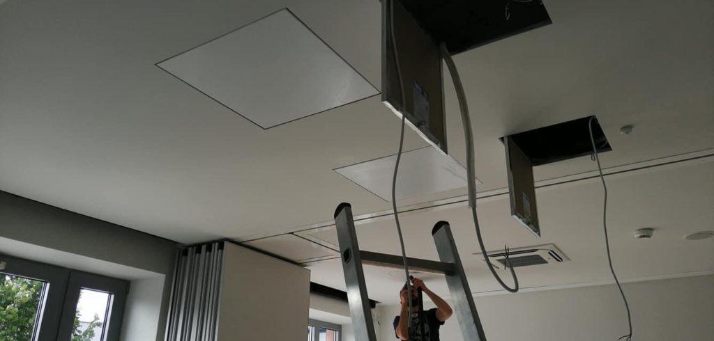 systemy konferencyjne w trakcie montażu