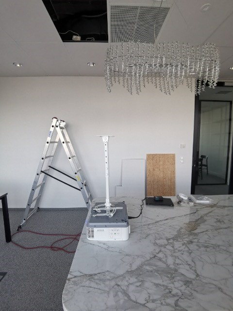 projektor czeka na włączenie go do systemu audio-video