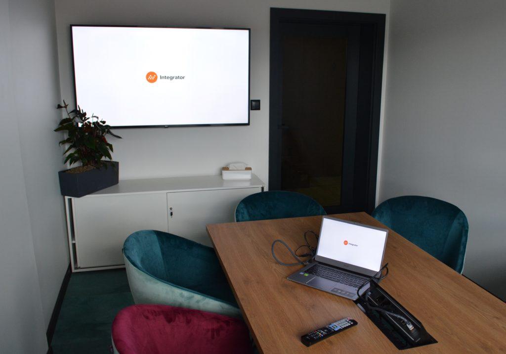 integracje systemów multimedialnych w meeting room'ie