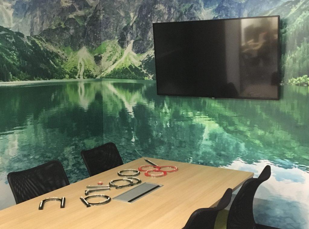 integracje AV na przykładzie w jednym z meeting room'ów